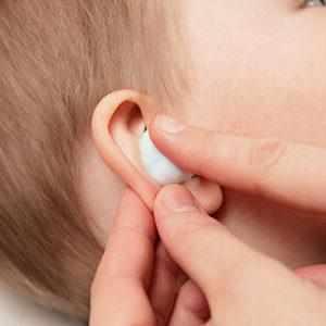 после чистки уха ватной палочкой заложило ухо
