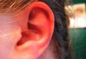 Почему горит правое ухо