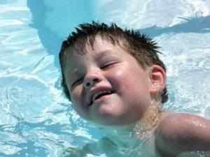 у ребенка после бассейна болит ухо