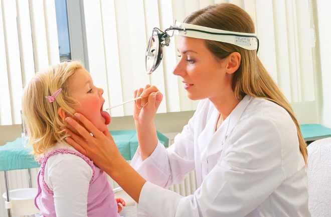 Ребенок на осмотре у лор-врача