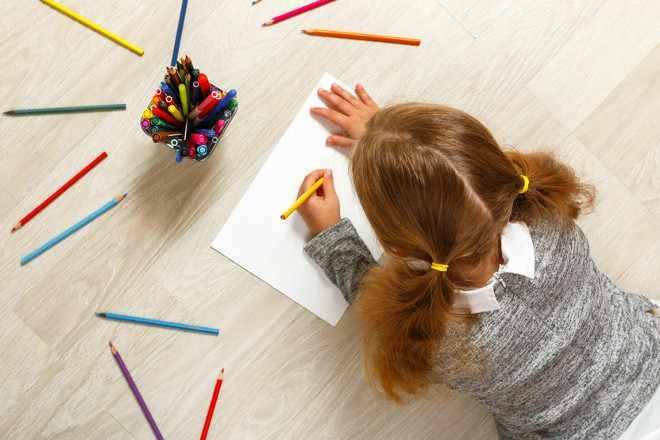 Девочка рисует карандашами