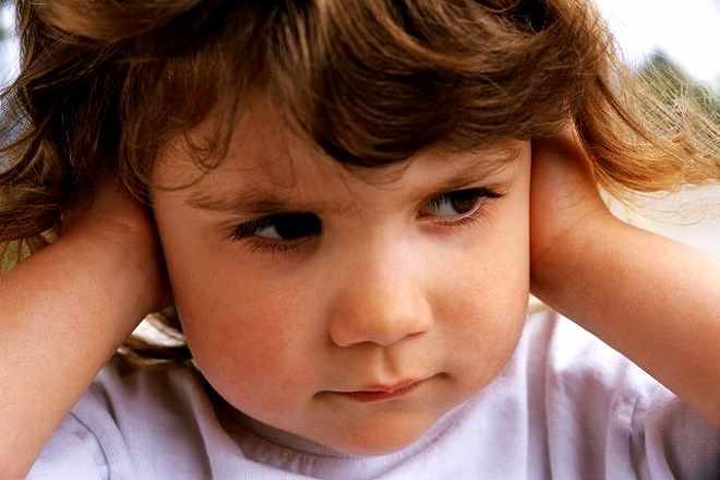 Малышка плохо слышит звуки