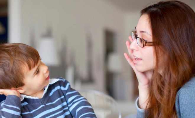 Малыш говорит с мамой