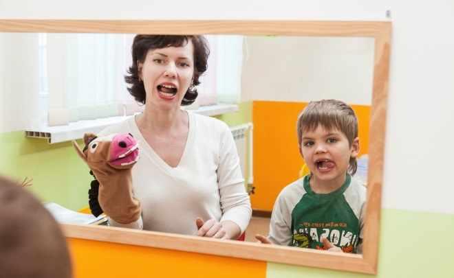 Логопед играет с ребенком