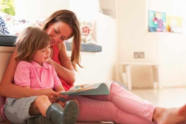 Мама и сын читают книгу