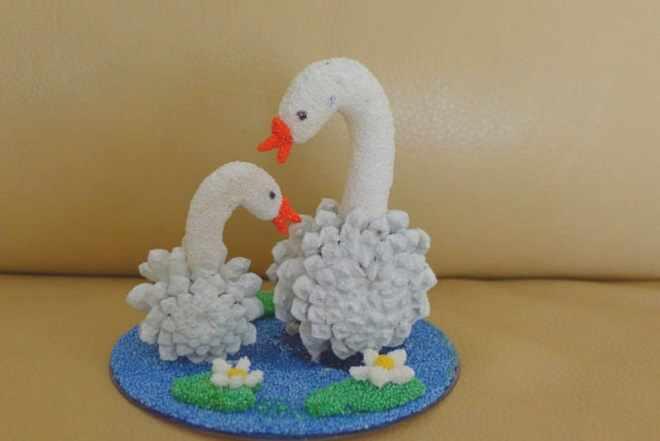 Лебеди мама и малыш