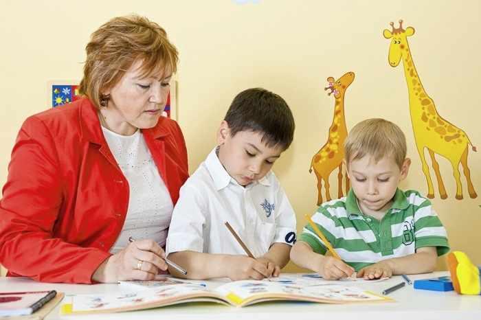 Логопед проводит обследование детей