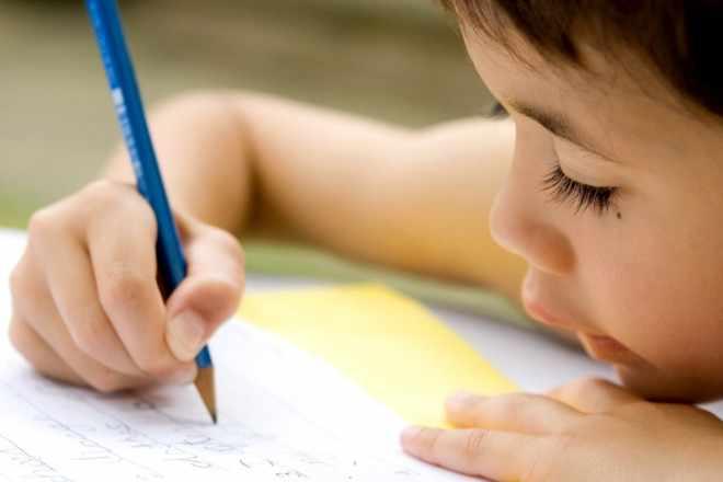 Ребенок держит карандаш