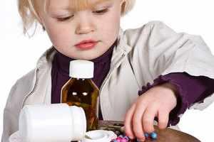 Ребенок играет с лекарством