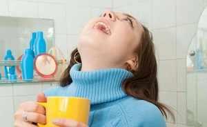 Теплое полоскание горла отваром шалфея при ангине
